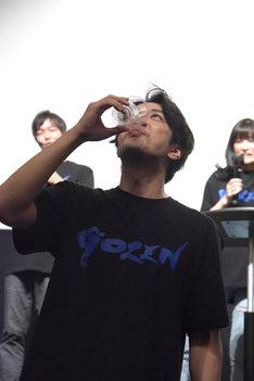 罰ゲームとして、センブリ茶を飲む松本寛也。