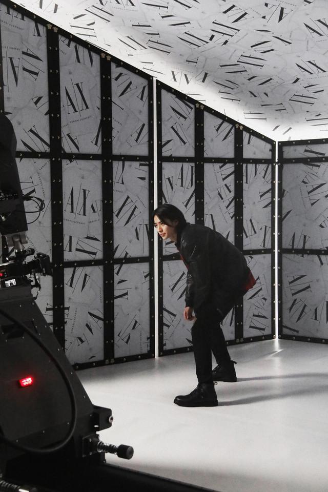 A|X アルマーニ エクスチェンジ×山崎賢人 キャンペーン映像のメイキング写真。