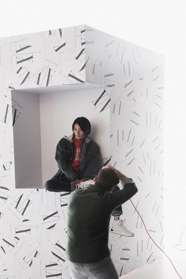 A|X アルマーニ エクスチェンジ×山崎賢人 キャンペーンビジュアルのメイキング写真。