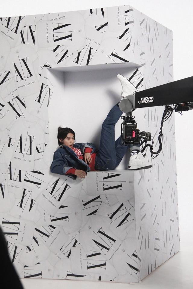 A X アルマーニ エクスチェンジ×山崎賢人 キャンペーン映像のメイキング写真。