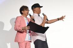 司会を務める山寺宏一(左)とレイモンド・ジョンソン(右)。