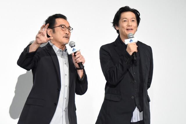 左から吉田鋼太郎、井浦新。