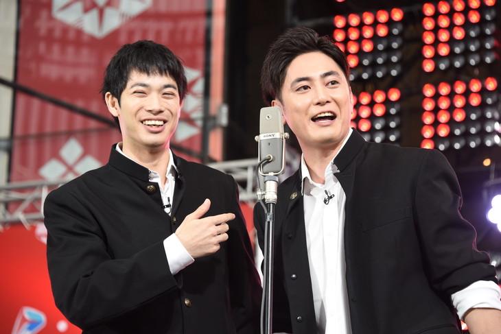 漫才を披露する渡辺大知(左)、間宮祥太朗(右)。