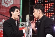 間宮祥太朗(右)にツッコミを入れる渡辺大知(左)。
