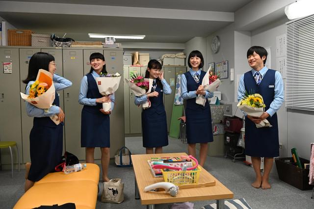 左から山田真歩、臼田あさ美、佐藤玲、夏帆、バカリズム。