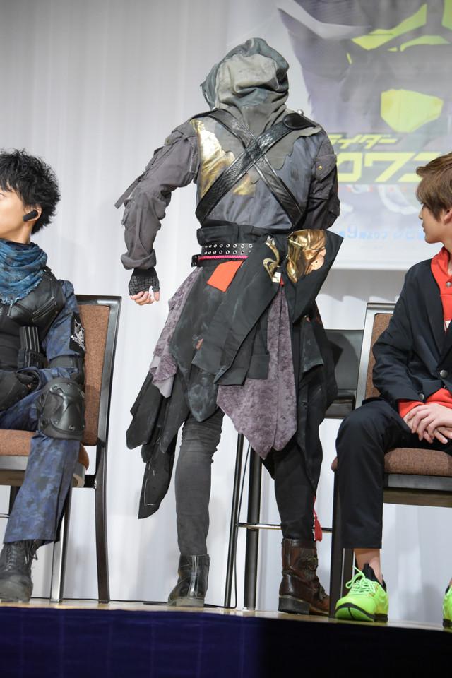 衣装がお気に入りだと話す中川大輔。