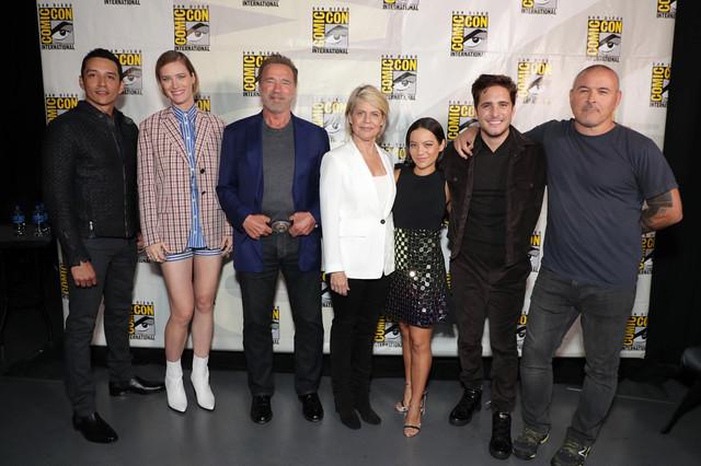 米サンディエゴでのコミコン・インターナショナルの様子。左からガブリエル・ルナ、マッケンジー・デイヴィス、アーノルド・シュワルツェネッガー、リンダ・ハミルトン、ナタリア・レイエス、ディエゴ・ボネータ、ティム・ミラー。