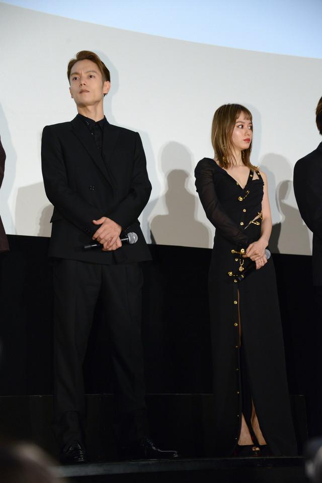左から窪田正孝、山本舞香。