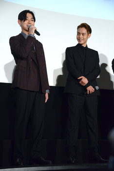 左から松田翔太、窪田正孝。
