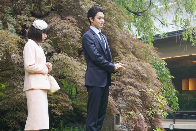 岸井ゆきの演じる橋元エミリ(左)、瀬戸康史演じる桜庭和馬(右)。