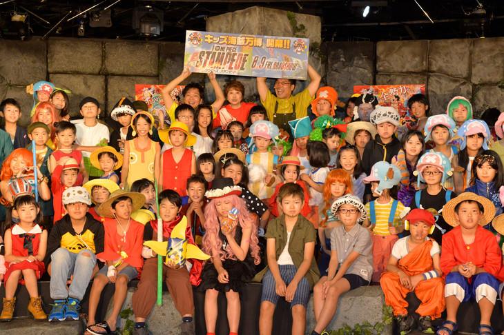 「ONE PIECE STAMPEDE」キッズ海賊万博イベントの様子。後列中央左から山口勝平、田中真弓、山里亮太。