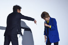 あっち向いてホイ対決であっさり敗北する小林幸子(右)。