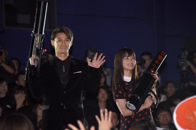 客席通路から登場した平野紫耀(左)と橋本環奈(右)。