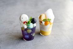 凪のてるてる坊主パフェ(左)、晴れのマンゴーパフェ(右)。ともにコースター付き、それぞれ税込1026円。