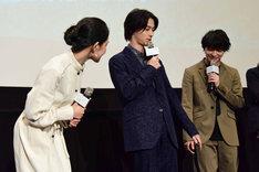 劇中のシーンを再現して、手をつなごうとする横浜流星(中央)と松岡広大(右)。