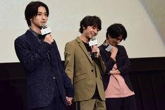 劇中と同じく目線をそらして手をつなぐ横浜流星(左)と、笑みを浮かべる松岡広大(中央)。