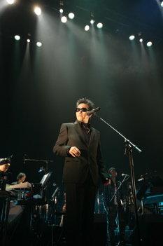 短髪に黒のスーツで決めた岡村靖幸。これを機にぜひ本格的にシーンに復帰してほしいところだ。