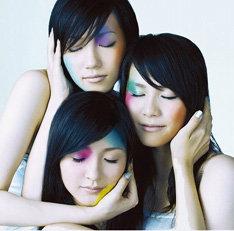 写真はニューシングル「ポリリズム」の初回盤。このCDを購入した人の中から抽選で3名を11月8日に東京・LIQUIDROOM ebisuで行われるワンマンライブの楽屋に招待する企画が行われているが、現時点で大当たりが出たのは1名のみとのこと。残り2名の当選者は現れるのか気になるところだ。