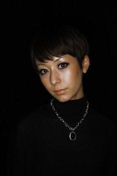 ニューアルバム「+1」発売を目前に控えたカエラが原宿に登場。