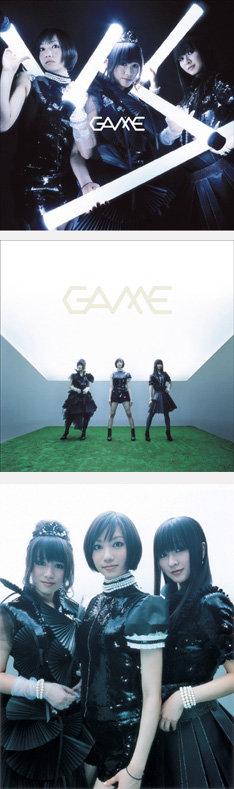 4月16日リリースのニューアルバム「GAME」。3人が伊東篤宏のオプトロンを思わせる発光体を手にしているのが初回限定盤。緑の上でポーズを決めているのが通常盤のジャケットとなる。