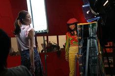 写真は撮影時のひとコマ。シングルCD+DVD盤にはこのPV本編とメイキングシーン、インタビューなどのスペシャルムービーが収録される。