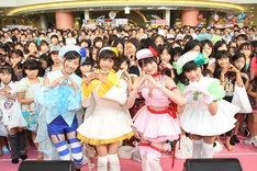 メンバーは左から佐保明梨、和田彩花、前田憂佳、福田花音。幅広い年齢層のファンに囲まれ、ユニット結成&デビューを祝福された。