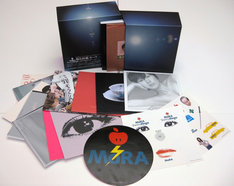 上の写真はCD-BOXの外観&内容。メモリアルアイテムにふさわしい贅沢な仕上がりだ。DVD-BOXにはCD-BOX同様の4作品に2枚組「私と放電」をプラスした6枚が、DVD-VIDEO音声トラック盤となって収められている。