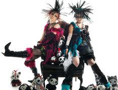 正体不明の2人は、どことなく某人気アイドルグループのメンバーにも似ている。現在オフィシャルMySpaceでは「Kill Me Kiss Me」の試聴も実施中。