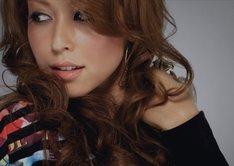 BENIは、先日安良城紅からBENIに改名し、音楽活動に専念していくことを発表。初のシングルとなる「もう二度と…」の歌詞は、彼女と童子-Tによる共作となっている。