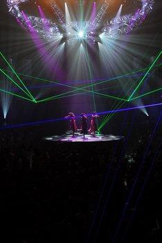レーザー光線を効果的に使った演出が、大会場ならではのスケール感を感じさせてくれた。