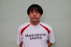 マンチェスター・ユナイテッドのTシャツを着たA.K.I.PRODUCTIONS。