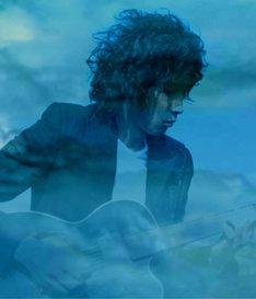 斉藤和義は9月リリースのシングル「やぁ 無情」で優秀作品賞を受賞。大賞候補に名乗りをあげた。