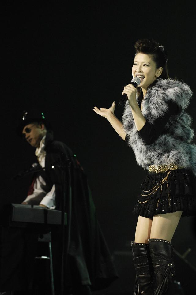 森高千里(写真右)は「気分爽快」で、同曲の作曲を手がけた黒沢健一と初共演。たいせい(左)もキーボードで参加し、華を添えた。