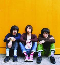 ライブのタイトル「SAWASDEECLAP YOUR HANDS」は、小山田壮平(Vo,G/写真中央)がタイ旅行中に思いついたもの。