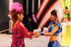 送辞/答辞を読み終え、互いに交換し握手する中澤裕子(左)と高橋愛(右)。ふたりの目には涙が浮かんでいた。