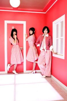 新しい衣装は紅白ストライプ。昨年初出演した「NHK紅白歌合戦」へのオマージュだろうか。