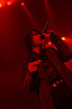 黒のロングコートで登場したボーカル櫻井敦司。この日はアンコールを含む計15曲が披露された。