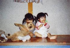 幼少時代の倖田姉妹。左が來未で右がmisono、來未が抱いているのが犬だ。