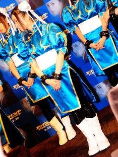 衣装や髪型、リストバンドなど、チュンリーを忠実に再現(写真は梅田彩佳)。