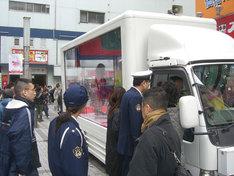 バニビのトラック生活は昨日3月1日、秋葉原にて再度実施された。ふらりと休日のアキバに繰り出した人も思わず注目。おまわりさんも興味津々だ。