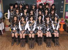 写真前列右から3番目が松井珠理奈、中列左から2番目が松井玲奈。