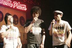 ライブの転換時には、MCとして会場を盛り上げた鈴木圭介(写真左)、斉藤和義(中央)、グレートマエカワ(右)の3人。各アーティストとともに、脱線しまくりのトークを繰り広げた。