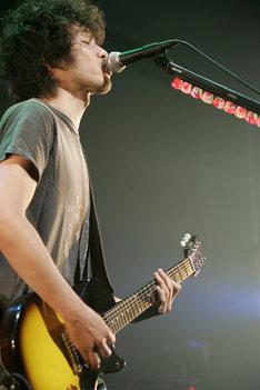 斉藤和義はPUFFYへの楽曲提供や映画「FISH STORY」の音楽プロデュースについて、「最近、いろんな人に曲を書くことが増えて、一緒にステージに立つことも多くなって嬉しい」とコメント。