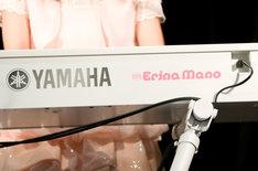 """オリジナルカラー(パールホワイト)のボディに、自身も大好きなピンク色で「Erina Mano」のロゴが入ったこの電子ピアノ。ヤマハ""""P series""""がベースで、今のところ市販の予定はなし。"""