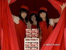 飛行機の機内と3人の制服は「ピノ」のイメージカラーである赤と白で統一。帽子の後ろにはそれぞれのイニシャル「K」「N」「A」のバッジがついている。「女の子はこういう細かいこだわりが大好き!」「可愛い制服だと気分がアガる!」と、3人も大絶賛。