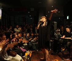 写真は東京タワー「CLUB333」でのライブの様子。