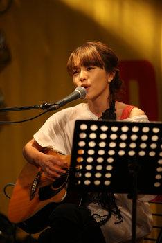 「...& Smile」ではギターの生演奏も披露。