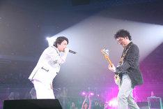 サンプリングのビートと名プレイヤー揃いのハウスバンドの演奏が融合した、KREVA(写真左)と亀田(右)のセッション。
