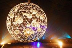 会場中央にはたくさんのミラーボールが詰め込まれた、バックミンスター・フラーのジオデシックドームを思わせる直径約3mほどの球体が吊るされた。