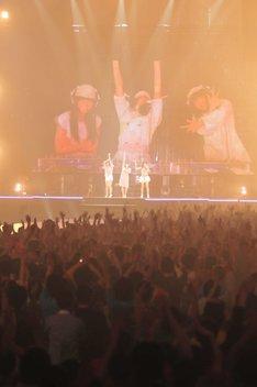 「代々木ディスコMIX」終了直後のステージ。スクリーンにはDJミックスを終えてポーズをキメる3人の映像が。